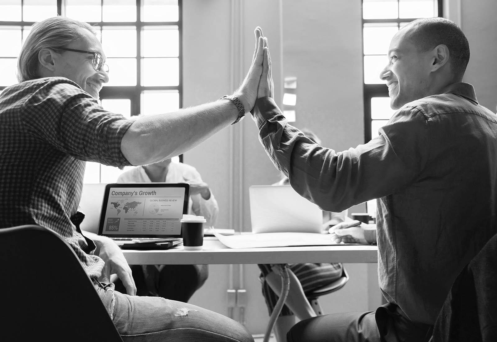 Två entreprenörer gratulerar varandra