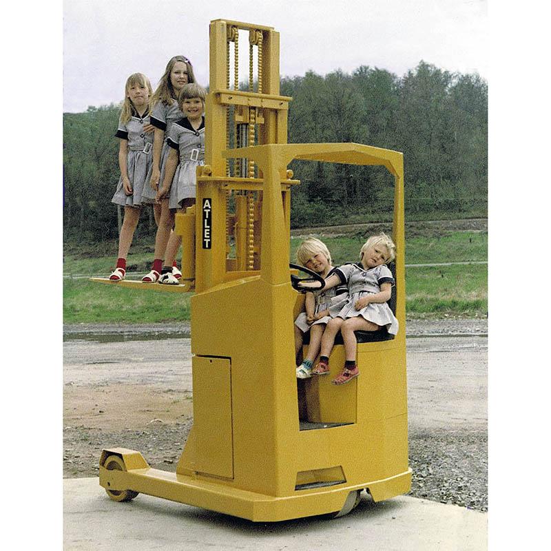 Barn på gul truck av märket Atlet