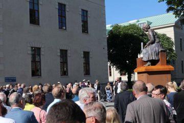 Invigning staty Vera Sandberg av konstnärenJan Cardell