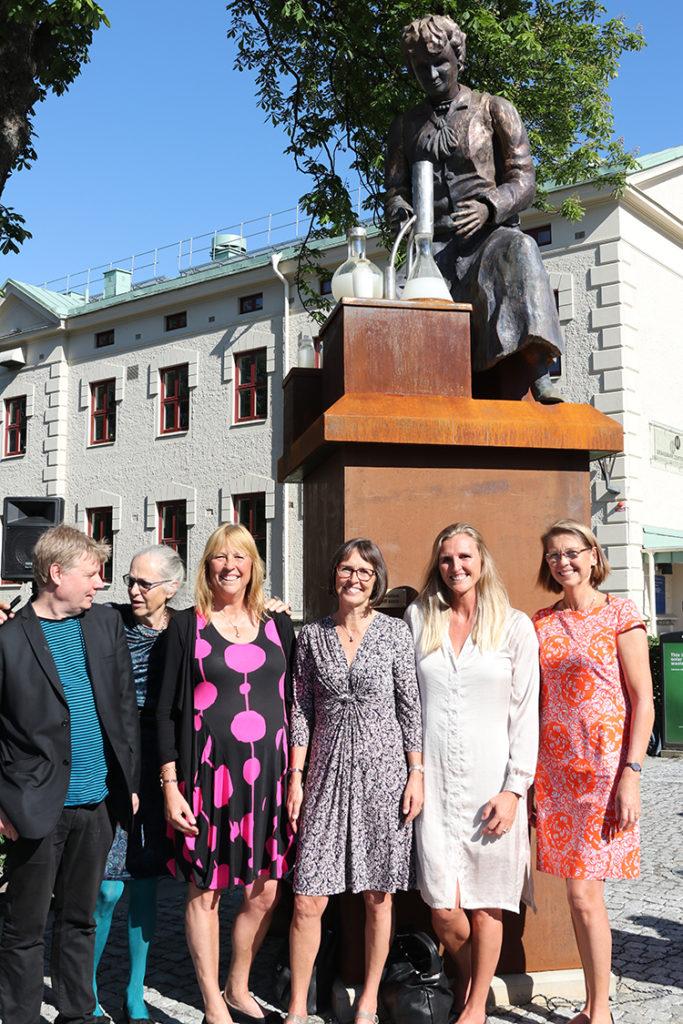Stiftarna och styrelsen tillsammans med konstnären Jan Cardell